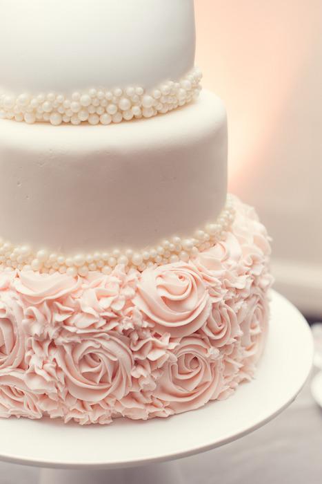 svadebnyj-tort-tsvety-i-zhemchug ТОП-7 модных фактурных свадебных тортов