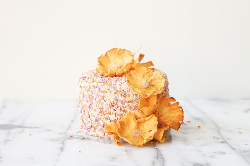 Ананасовые цветы для декора свадебного торта