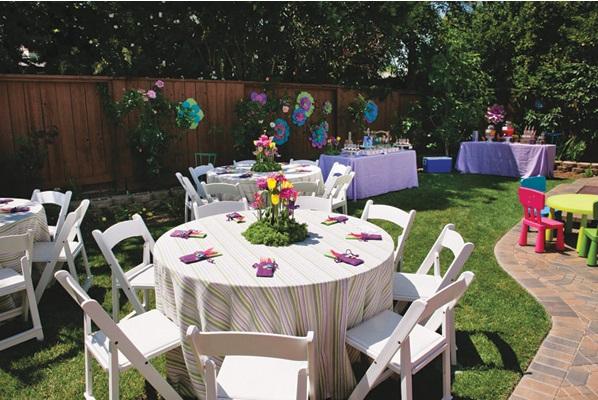 Нежная цветочная свадьба в саду для небольшого количества гостей