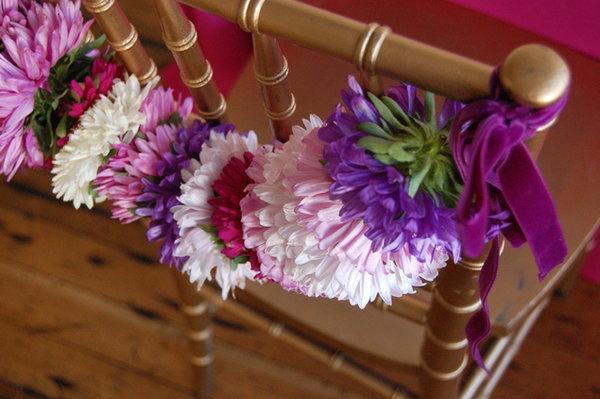 Декор стульев на свадьбу при помощи астр