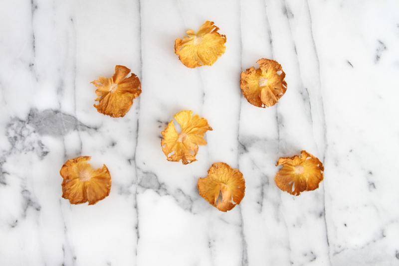 Ananasovye-tsvety-dlya-dekora-svadebnogo-torta-7 Ананасовые цветы для декора свадебного торта