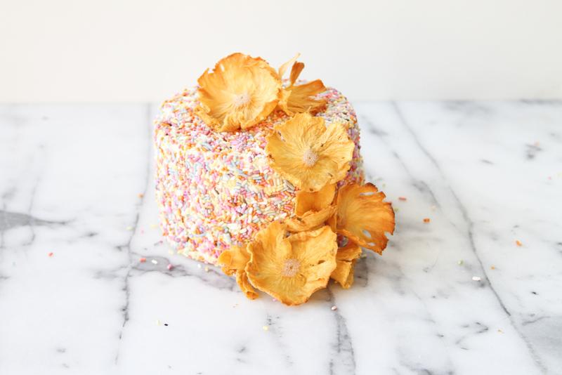 Ananasovye-tsvety-dlya-dekora-svadebnogo-torta-9 Ананасовые цветы для декора свадебного торта