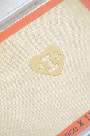 Delaem-sladkuyu-monogrammu-na-svadebnyj-tort-5 Делаем сладкую монограмму на свадебный торт