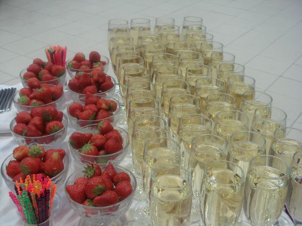 Klubnichnoe-shampanskoe-na-svadbu-8 Шампанское с клубникой на свадьбу