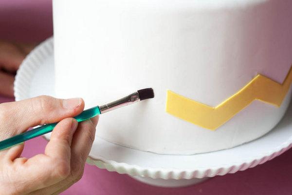 dekor-svadebnogo-torta-martsepanom-svoimi-rukami-15 Мастер класс: Декорируем свадебный торт марципаном своими руками.