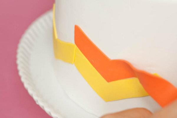 dekor-svadebnogo-torta-martsepanom-svoimi-rukami-17 Мастер класс: Декорируем свадебный торт марципаном своими руками.
