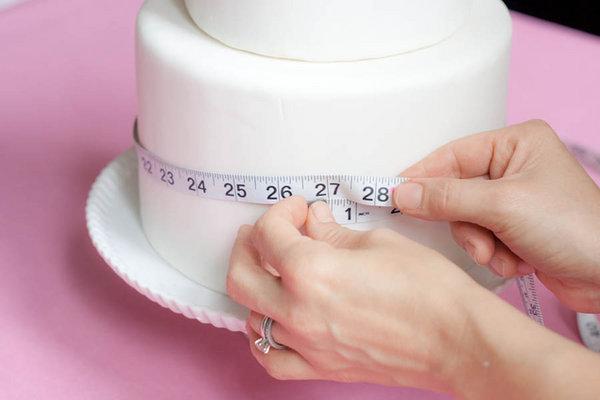 dekor-svadebnogo-torta-martsepanom-svoimi-rukami-2 Мастер класс: Декорируем свадебный торт марципаном своими руками.