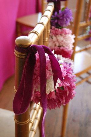dekor-svadebnyh-stulev-astrami-6 Декор стульев на свадьбу при помощи астр
