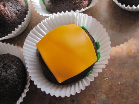 kapkejki-v-vide-gamburgera-na-svadbu-7 Капкейки в виде гамбургера на свадьбу или день рождение - оригинальный вариант сладкого угощения