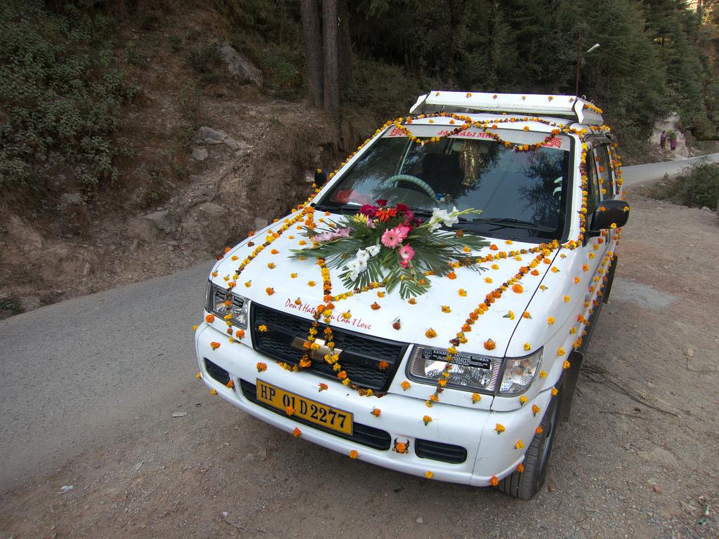 Украшение машины на свадьбу своими руками при помощи цветов из лент, изготовленных самостоятельно