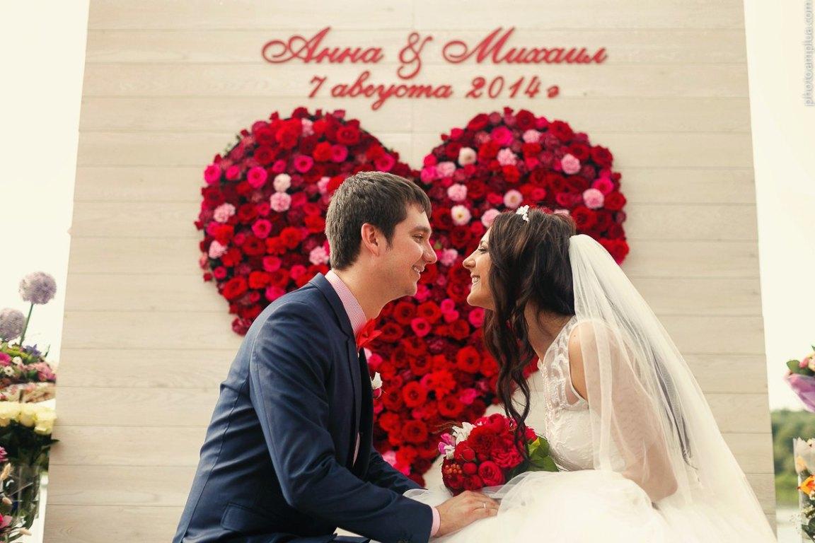 1-dekorativnoe-tsvetochnoe-serdtse Сердце из цветов на свадьбу, как использовать такой необычный декор на своем торжестве?