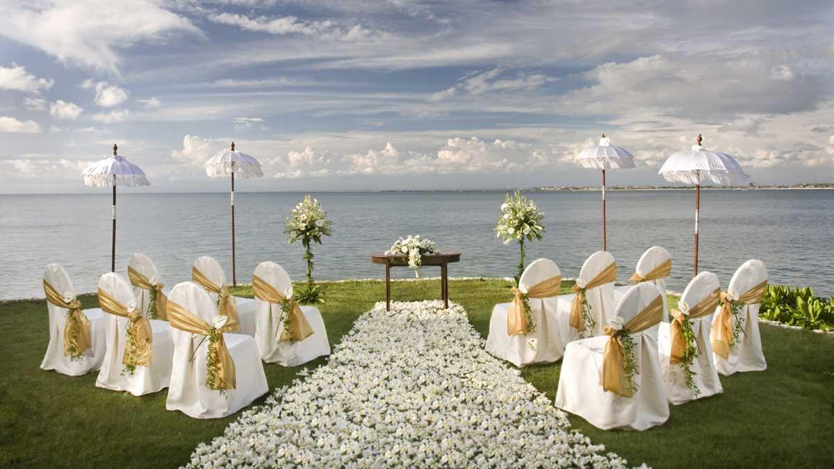 1-dorozhka-k-altaryu-na-svadbe Красивое и праздничное оформление дорожки к алтарю для выездной свадебной церемонии