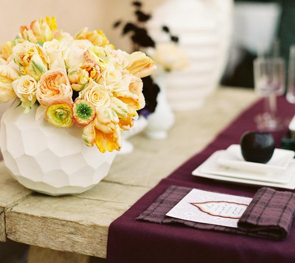 Сервировка стола в стиле темно-фиолетового георгина, на что обратить внимание