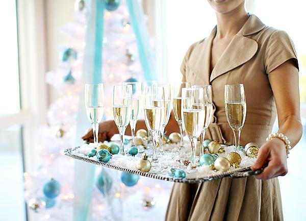 Сервировка свадебного стола в холодной голубой палитре для зимнего торжества
