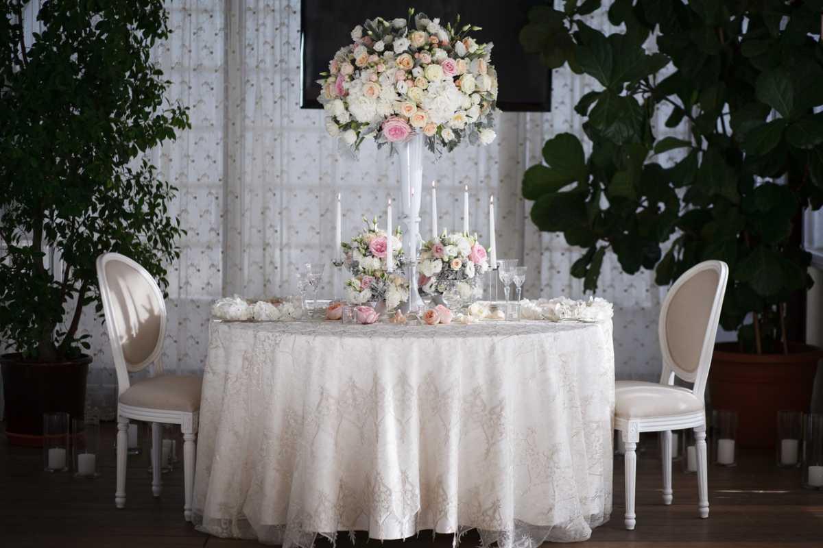 Украшения стола на свадьбу своими руками, из чего сделать скатерть и чем оригинальным ее можно заменить