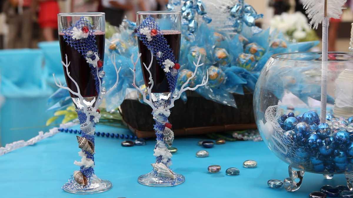 Свадебное оформление в синем цвете бутылок шампанского для стола молодоженов