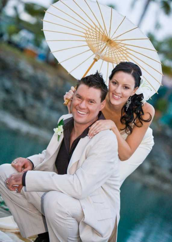 Fotosessiya-zheniha-i-nevesty Свадебный зонтик – стильный аксессуар невесты
