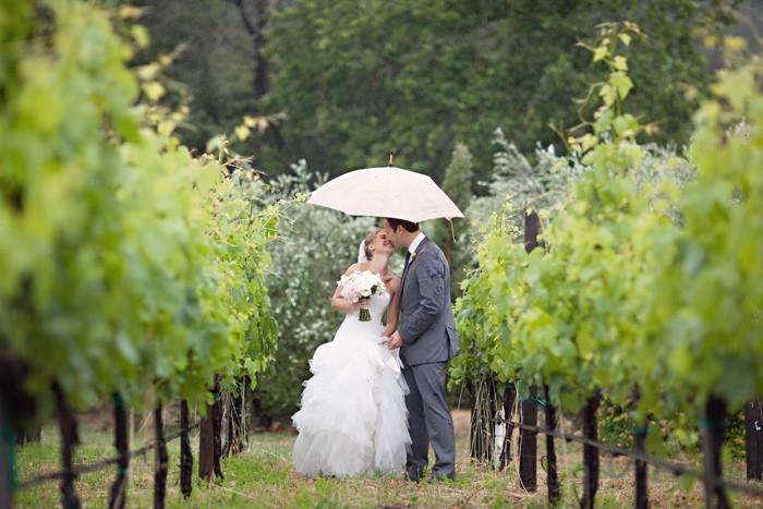 ZHenih-i-nevesta-pod-zontikom Свадебный зонтик – стильный аксессуар невесты