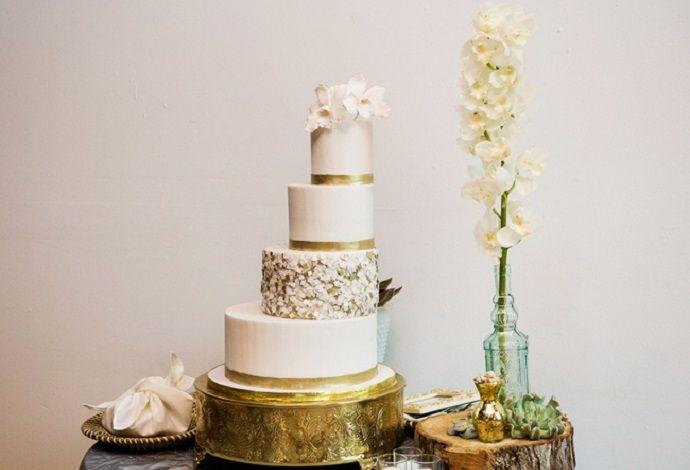 assimetrichnyj-svadebnyj-tort ТОП-5 трендов на свадебные торты в 2016 году, как не ошибиться с выбором главного свадебного угощения