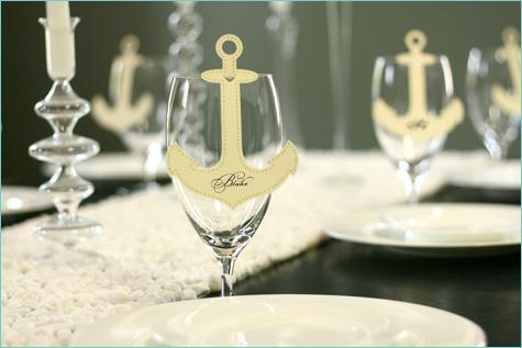 bumazhnye-kartochki-rassadki-gostej-6 Бумажные таблички на бокал в замен стандартных карточек для рассадки гостей на свадьбе