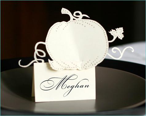bumazhnye-kartochki-rassadki-gostej-8 Бумажные таблички на бокал в замен стандартных карточек для рассадки гостей на свадьбе