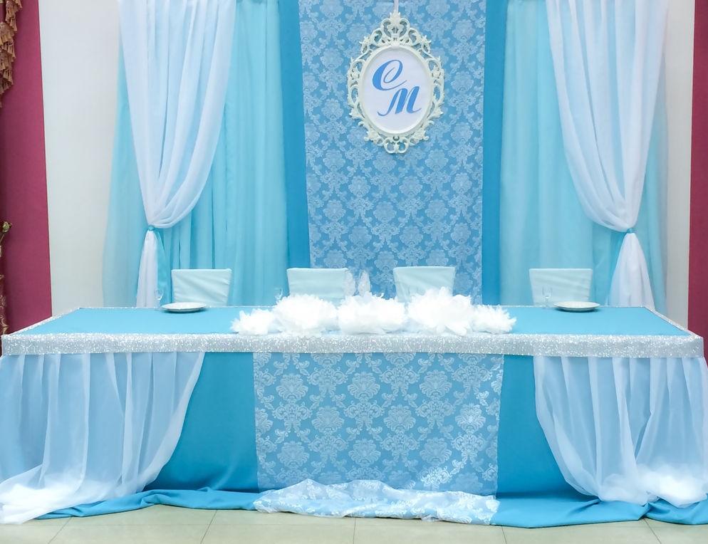 dekor-fona-molodozhenov-3 Свадебный декор: оформление фона за столом молодоженов