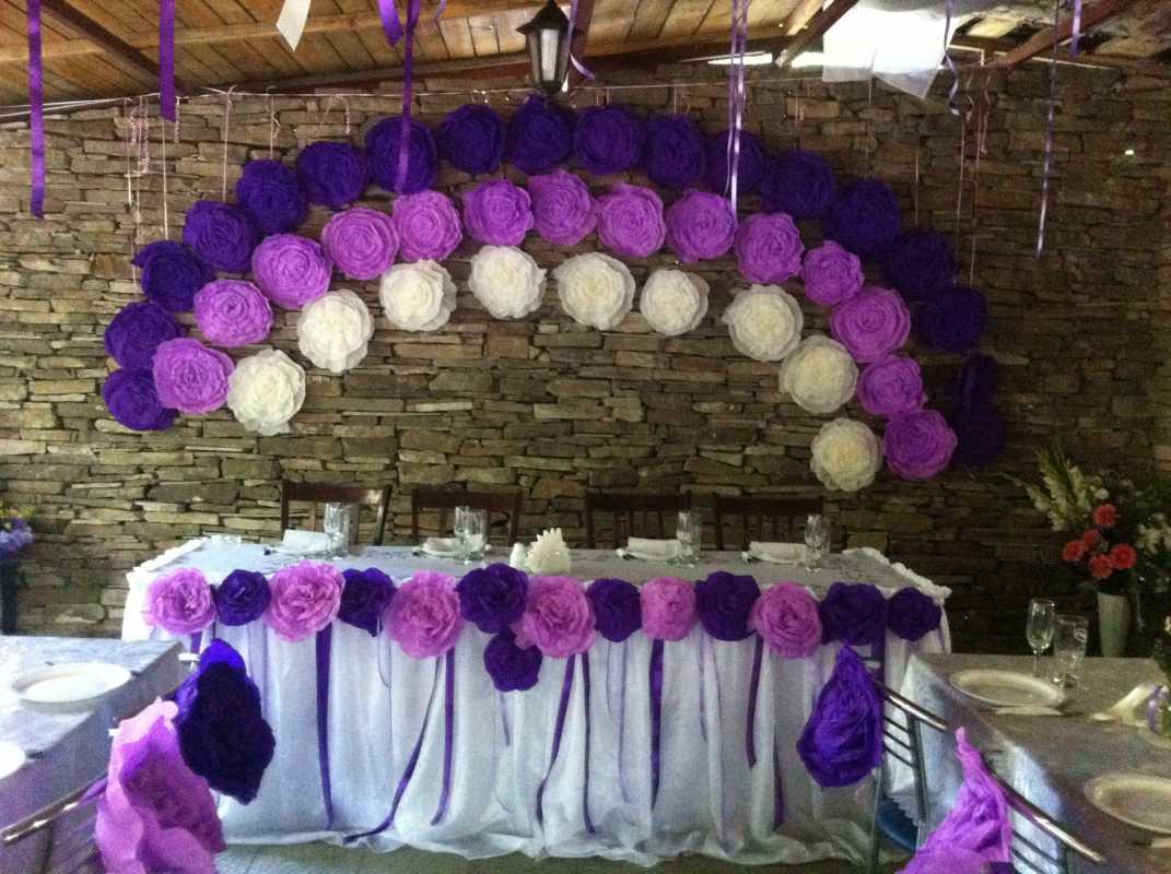 dekor-fona-molodozhenov-6 Свадебный декор: оформление фона за столом молодоженов