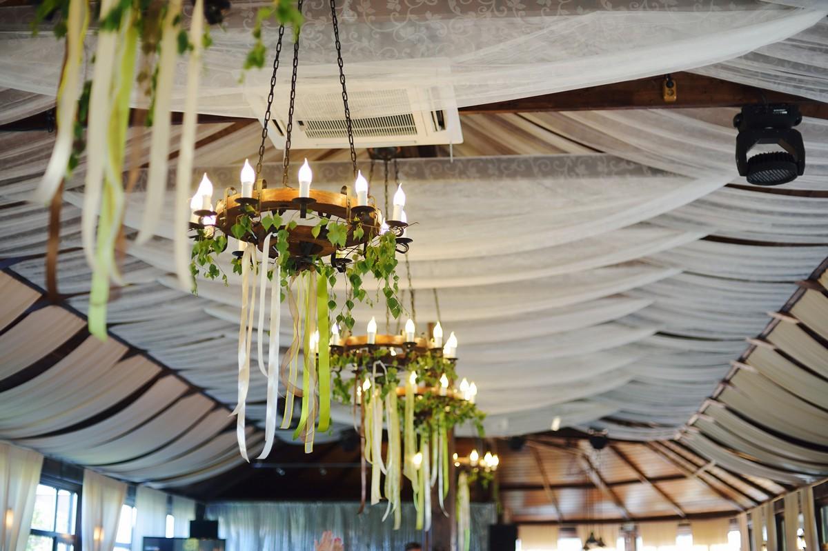 dekor-iz-lent-na-svadbu-10 Украшения из лент своими руками на свадьбу, что можно подготовить из данного материала?
