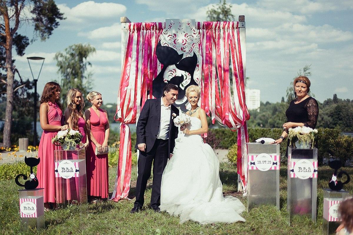 dekor-iz-lent-na-svadbu-5 Украшения из лент своими руками на свадьбу, что можно подготовить из данного материала?