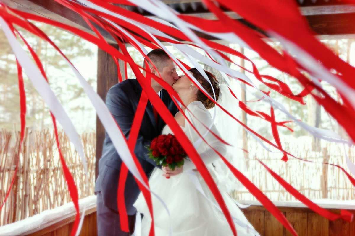 dekor-iz-lent-na-svadbu-8 Украшения из лент своими руками на свадьбу, что можно подготовить из данного материала?