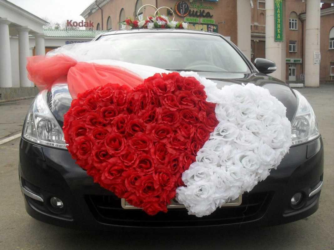 dekorativnoe-tsvetochnoe-serdtse-4 Сердце из цветов на свадьбу, как использовать такой необычный декор на своем торжестве?