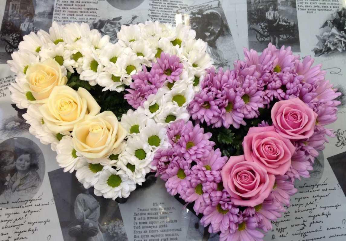 dekorativnoe-tsvetochnoe-serdtse-5 Сердце из цветов на свадьбу, как использовать такой необычный декор на своем торжестве?