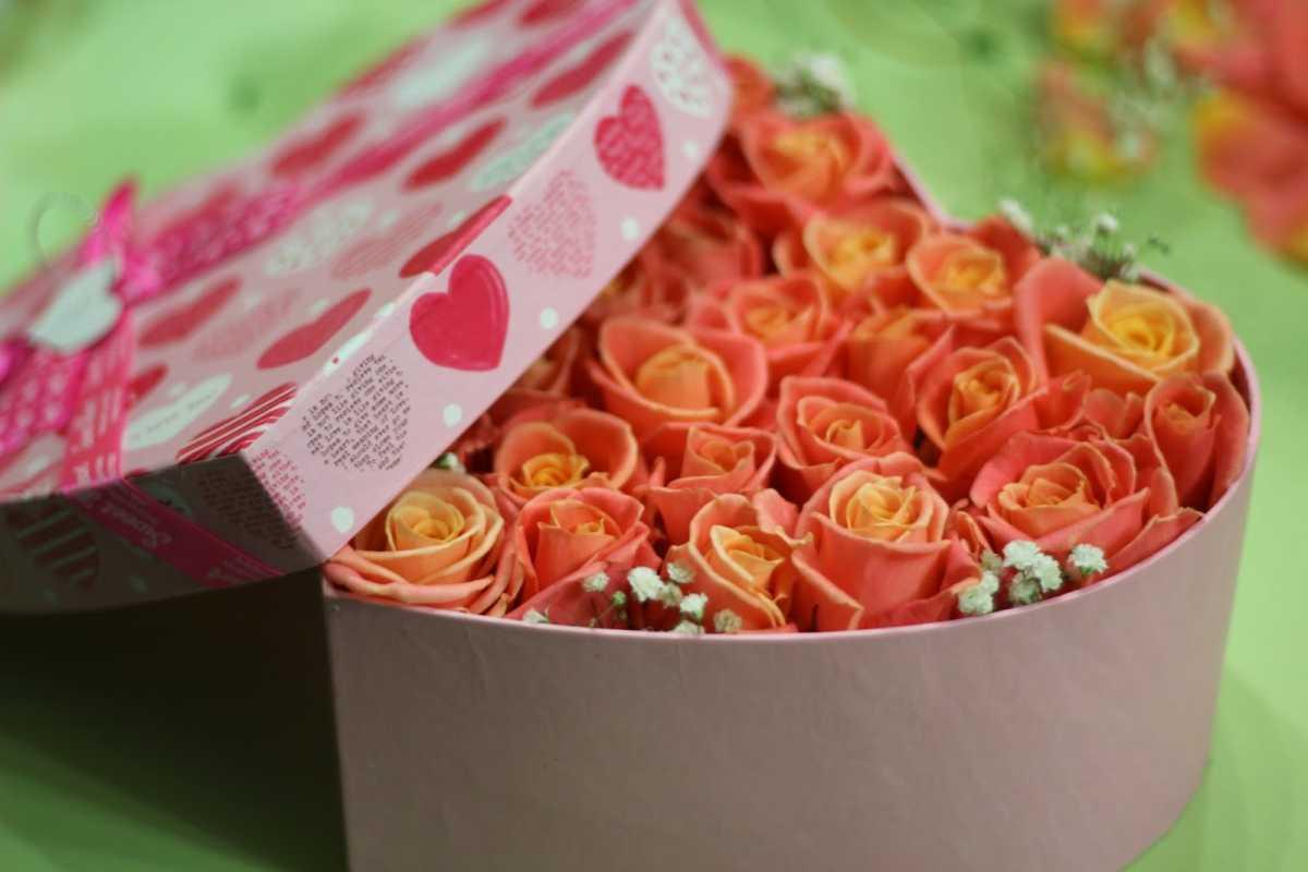 dekorativnoe-tsvetochnoe-serdtse-9 Сердце из цветов на свадьбу, как использовать такой необычный декор на своем торжестве?
