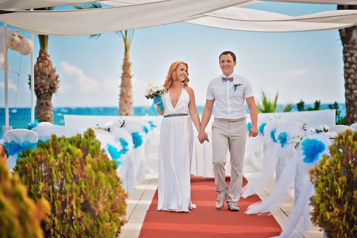 dorozhka-k-altaryu-na-svadbe-4 Красивое и праздничное оформление дорожки к алтарю для выездной свадебной церемонии