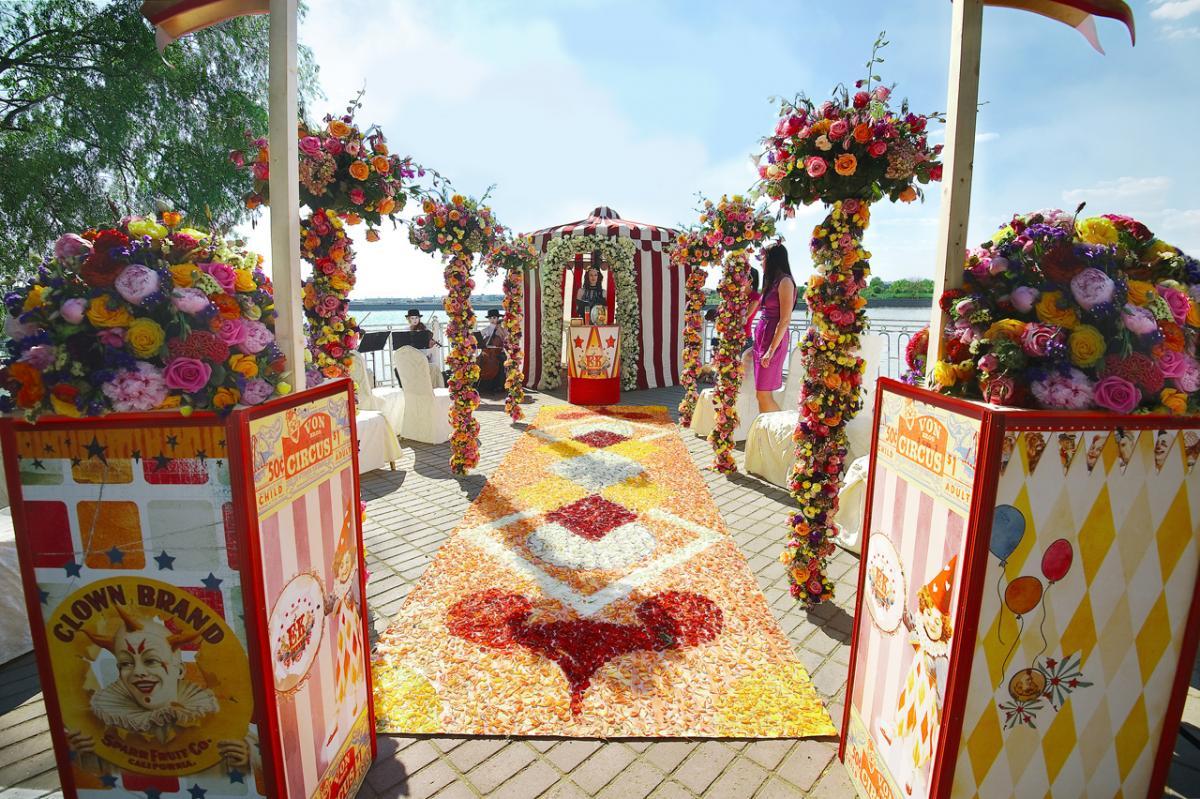 dorozhka-k-altaryu-na-svadbe-9 Красивое и праздничное оформление дорожки к алтарю для выездной свадебной церемонии