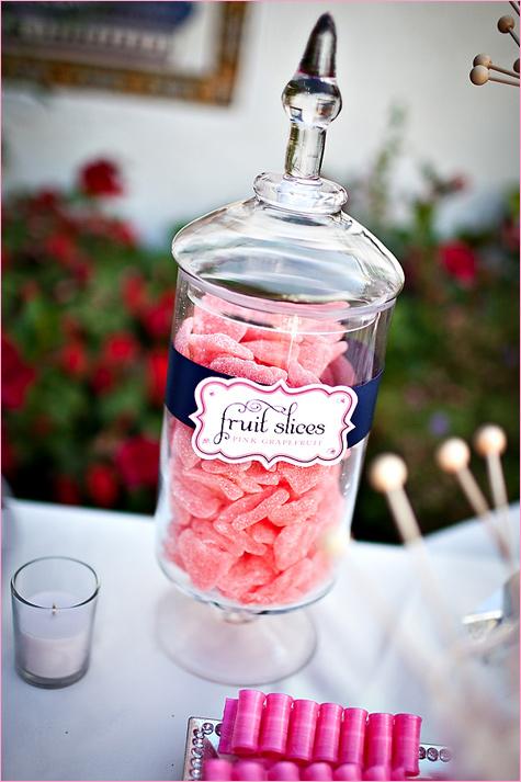 konfetnyj-stol-na-svadbe-6 Кэнди Бар наполненный одними конфетами, стандартный вариант десертного стола