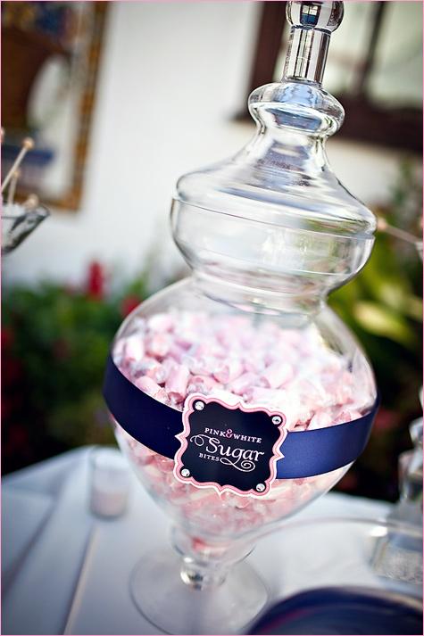 konfetnyj-stol-na-svadbe-8 Кэнди Бар наполненный одними конфетами, стандартный вариант десертного стола