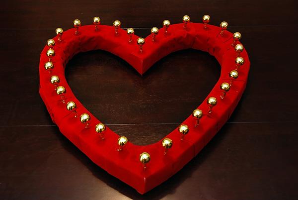 obemnoe-serdtse-na-svadbe-4 Объемное сердце с бубенцами для свадебной фотосессии своими руками