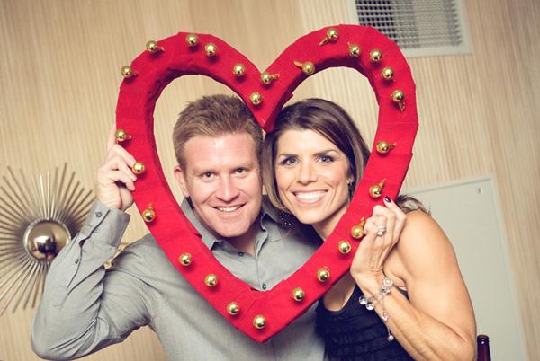 obemnoe-serdtse-na-svadbe-5 Объемное сердце с бубенцами для свадебной фотосессии своими руками