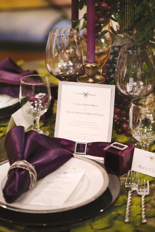 servirovka-svadebngo-stola-v-slivovom-tsvete-2 Яркая сервировка свадебного стола в сливовом цвете в сочетании с зеленым оформлением