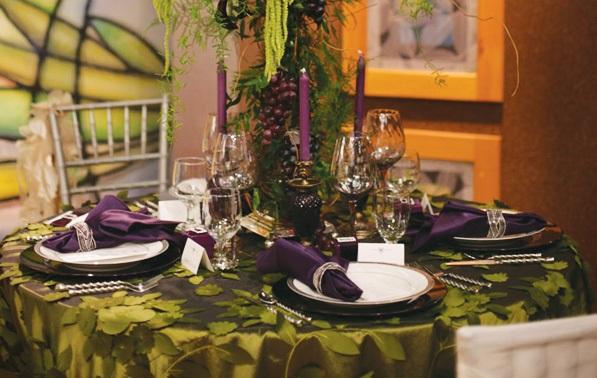 servirovka-svadebngo-stola-v-slivovom-tsvete-6 Яркая сервировка свадебного стола в сливовом цвете в сочетании с зеленым оформлением