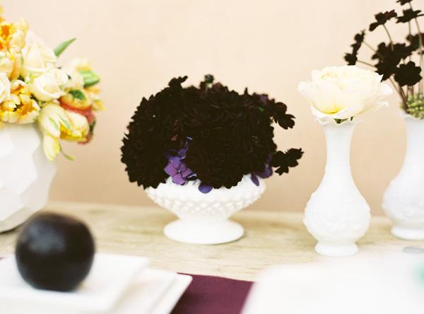 servirovka-svadebnogo-stola-georgin-7 Сервировка стола в стиле темно-фиолетового георгина, на что обратить внимание