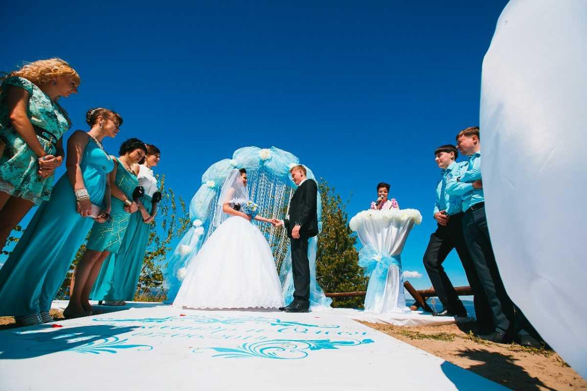 svadba-v-biryuzovom-tsvete-3 Бирюзовое оформление свадебного зала в летней пляжной тематике