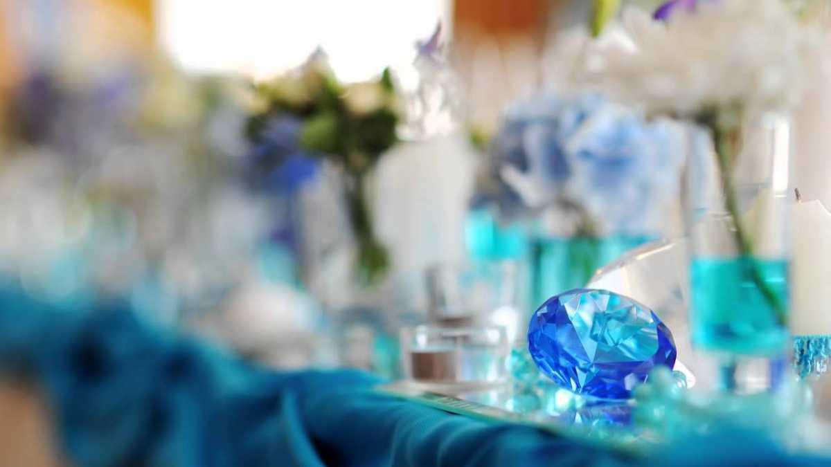 svadba-v-biryuzovom-tsvete-6 Бирюзовое оформление свадебного зала в летней пляжной тематике