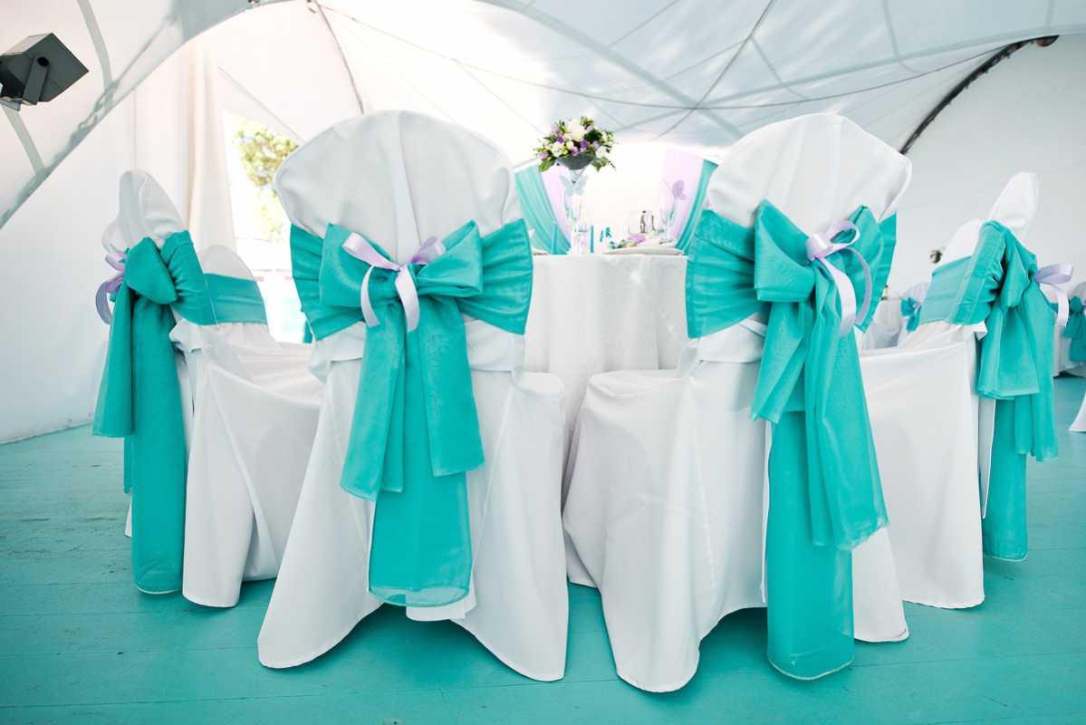 svadba-v-biryuzovom-tsvete-7 Бирюзовое оформление свадебного зала в летней пляжной тематике
