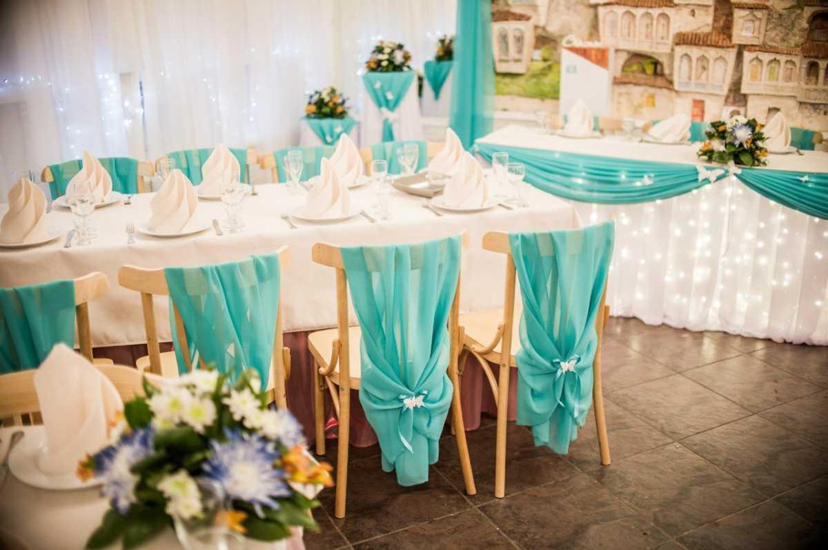 svadba-v-biryuzovom-tsvete-9 Бирюзовое оформление свадебного зала в летней пляжной тематике