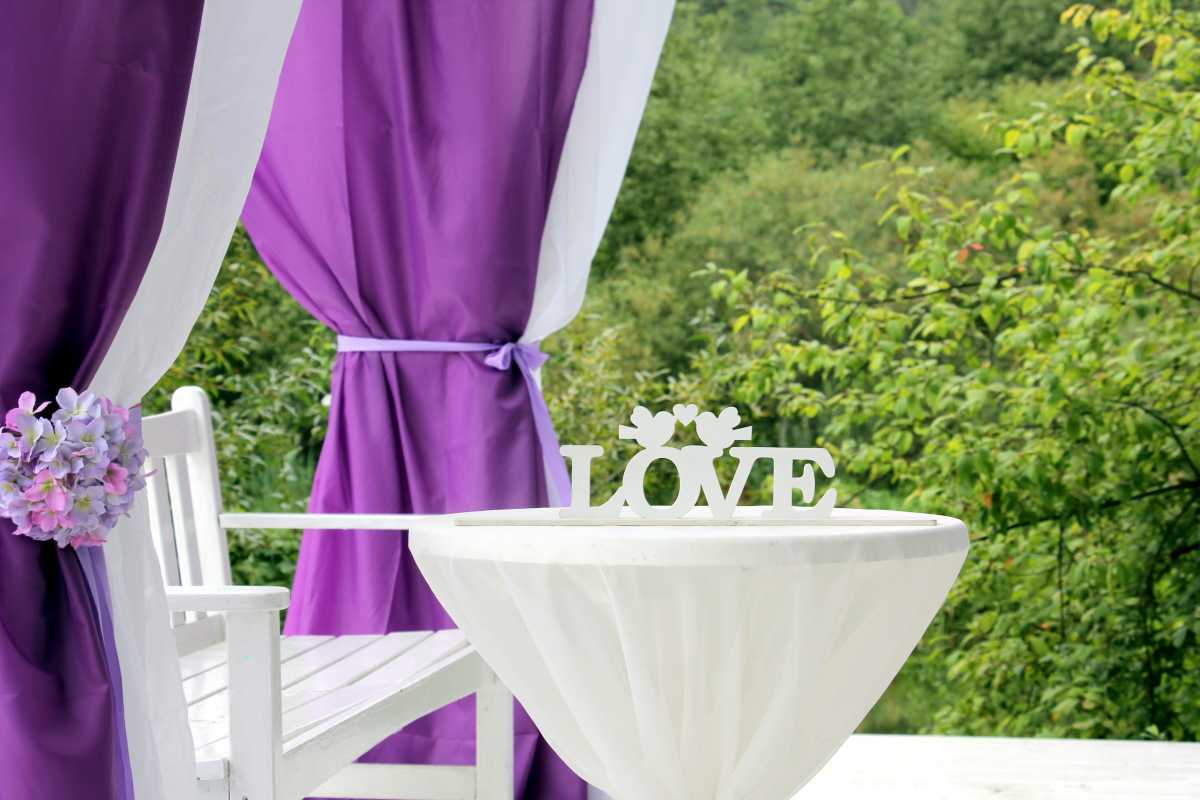 svadba-v-sirenevom-tsvete-7 Свадебное оформление в сиреневом цвете в сочетании с белым цветом для летней свадьбы