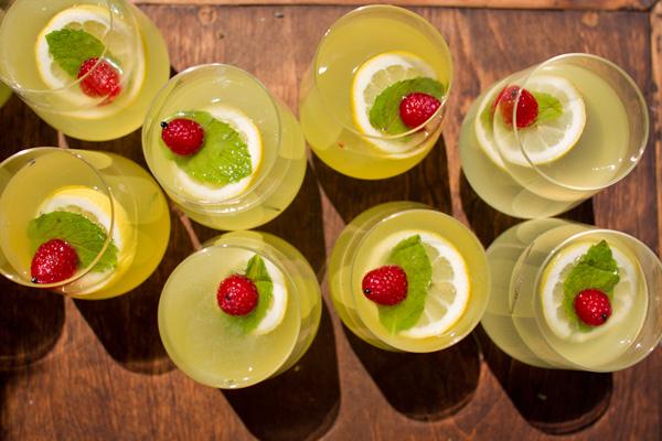 svadebnaya-servirovka-limon-i-lavanda-2 Сервировка свадебного стола в стиле сочного лимона и ароматной лаванды