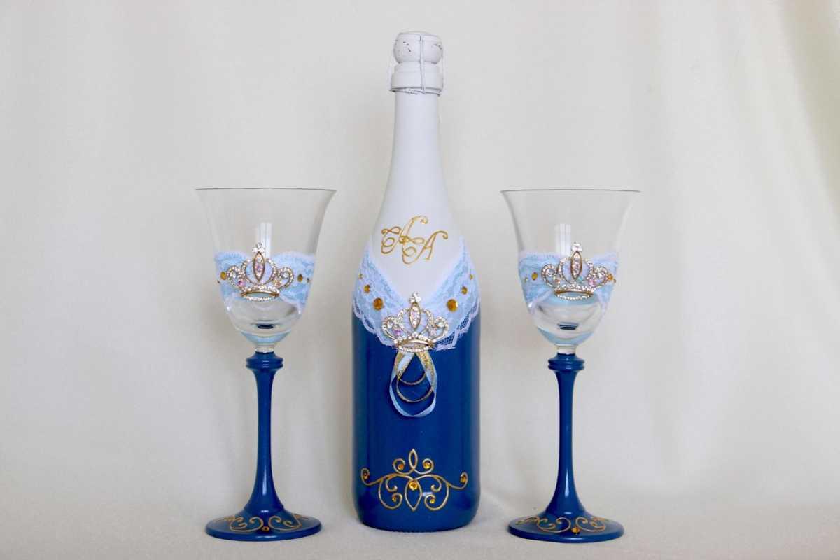 svadebnoe-oformlenie-butylok-5 Свадебное оформление в синем цвете бутылок шампанского для стола молодоженов