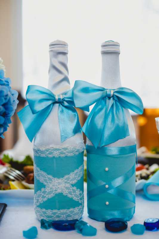 svadebnoe-oformlenie-butylok-8 Свадебное оформление в синем цвете бутылок шампанского для стола молодоженов